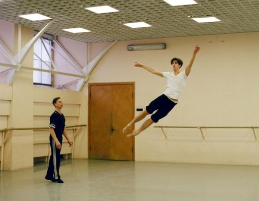 Xander Parish is coached in Swan Lake by Igor Petrov at the Mariinsky Theatre (Olya Ivanova)